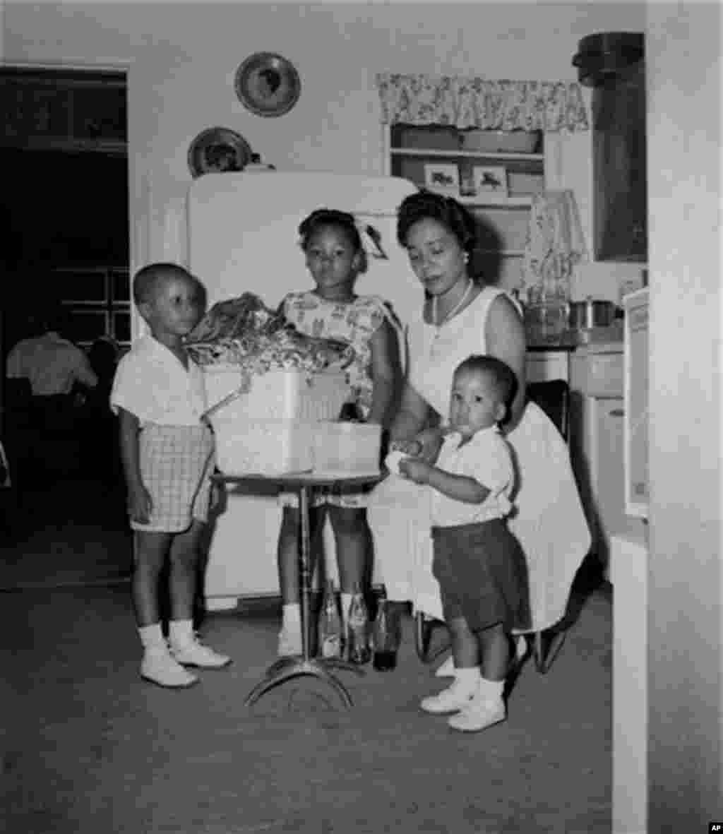 Mrs. Martin Luther King, wife of the jailed integration leader, Rev. Martin Luther King, Jr., gets assistance from their three children as they pack this picnic basket with extra provisions at their Albany, Ga. temporary home, August 5, 1962. From left ar