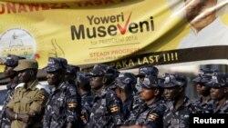 ພວກຕຳຫລວດຢືນຢູ່ກ້ອງປ້າຍເລືອກຕັ້ງ ຂອງປະທານາທິບໍດີ Yoweri Museveni ໃນນະຄອນຫຼວງ Kampala ປະເທດ Uganda, ທີ 15 ກຸມພາ, 2016.