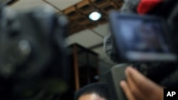 ທ່ານນາງ Valerie Amos ຫົວໜ້າດ້ານມະນຸດສະທໍາຂອງ ສປຊ ກ່າວຕໍ່ນັກຂ່າວ ໃນກອງປະຊຸມຖະແຫລງຂ່າວ ທີ່ເມືອງ Benghazi, ລີເບຍ ໃນວັນຈັນ ວັນທີ 18, ເມສາ 2011.