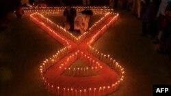 Tình nguyện viên Ấn Độ thắp nến trước ngày Bệnh AIDS Thế giới ở Agartala, thủ phủ của bang đông bắc của Tripura, ngày 30/11/2015.