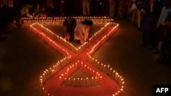 在世界艾滋病日前夕,印度非政府组织活动人士在东北部的特里普拉邦首府阿加尔塔拉举行烛光守夜活动。(2015年11月30日)