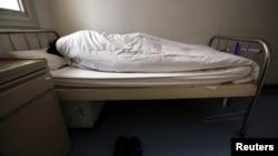 一名感染艾滋病毒的病人2011年12月1日坛在北京佑安医院艾滋病房的病床上
