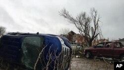 Foto de Archivo - El tornado volteó camionetas en una tienda de autos Dodge en Canton y destrozó el negocio.