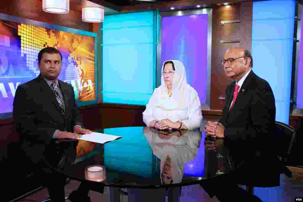 خضرخان اور غزالہ خان وائس آف امریکہ کے نمائندے محمد عاطف کو انٹرویو دیتے ہوئے