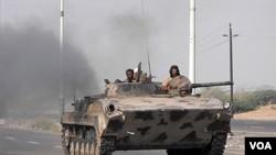 Para anggota pasukan Yaman saat melakukan operasi menumpas militan di Zinjibar, Yaman selatan.