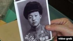中國志願軍老兵張奎元展示赴朝鮮參戰時照片