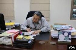 高孔廉于东吴大学办公室内 (美国之音易林拍摄)