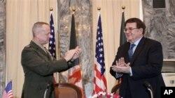 Komandan Tertinggi AS dan NATO untuk Afghanistan, Jendral John Allen (kiri) dan Menteri Pertahanan Afghanistan Jendral Abdul Rahim Wardak seusai penandatanganan kesepakatan operasi khusus di Kabul, Afghanistan (8/4).