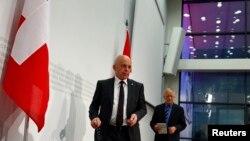 Bộ trưởng Quốc phòng Thụy Sĩ Ueli Maurer (trái) và Bộ trưởng Kinh tế Thụy Sĩ Johann Schneider-Ammann đến dự buổi họp báo ở Bern, 18/5/14, để nói về việc cử tri ngăn chận việc mua 22 phản lực cơ