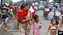 星期一菲律賓宿務島居民在地震後衝往高地