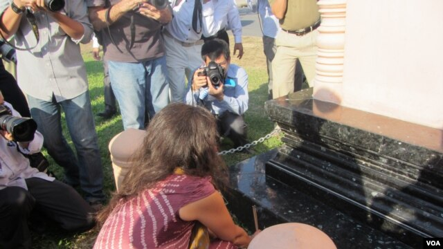 Marjolaine Caron, daughter of photojournalist Gille Caron, held a vigil at the stupa on Thursday. This was the first time she has come to Cambodia since her father disappeared, on April 5, 1970.