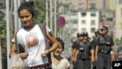 Cảnh sát đi canh phòng trong thủ phủ Urumqi của Uighur