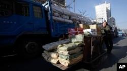 지난 2011년 중국 단둥시의 인부가 북한으로 수출하는 교역품을 트럭에 싣고 있다.