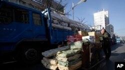 지난 2011년 중국 단둥시에서 북한으로 수출하는 물품을 트럭에 싣고 있다.