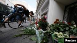 말레이시아 여객기 격추 사건으로 네덜란드인들이 가장 많이 희생된 가운데 지난 18일 러시아 주재 네덜란드 대사관 앞에 시민들이 조화를 가져다 놓은 모습.