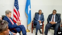 2015年5月5日美国国务卿约翰·克里(左)在摩加迪沙会见索马里总统马哈茂德(右二)和总理沙尔马克(右)