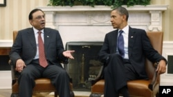 U.S. President Barack Obama (R) meets with Pakistan's President Asif Ali Zardari at the White House, Washington, Jan 14, 2011.