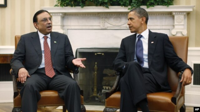 U.S. President Barack Obama (R) meets with Pakistan's President Asif Ali Zardari at the White House, Washington, Jan 14, 2011.