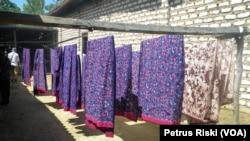 Industri Batik Rumah Tangga di Pamekasan, Madura. (Foto: VOA/Petrus Riski).