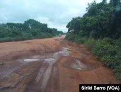 L'état de la route entre Katiola et Tarifé, en Côte d'Ivoire, le 15 juin 2017. (VOA/Siriki Barro)
