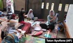 Inggit Andini (kanan) mengajar anak-anak yang tidak punya akses internet di rumahnya, di Tangerang, 10 Agustus 2020.