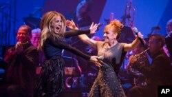 Las actriz Sarah Jessica Parker, izq. junto a la actriz y cantante, Andrea McArdle compartieron su arte en el espectáculo a beneficio de la campaña de Clinton.