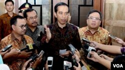 Presiden Joko Widodo di kantor Kementerian ESDM Jakarta, menjelaskan soal PSSI kepada wartawan Senin, 29/2 (VOA/Andylala).