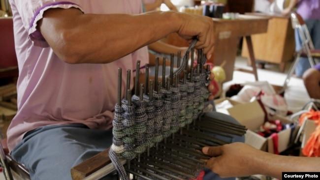 Pasien RSJ Dr. Radjiman Wediodiningrat sedang membuat kerajinan tangan (foto Istimewa),