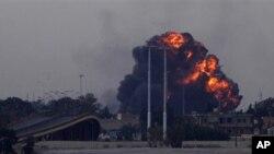 ເກີດລະເບີດຢ່າງແຮງຂຶ້ນ ຫຼັງຈາກເຮືອບິນລົບລຳນຶ່ງ ໄດ້ຖືກຍິງຕົກ ໃນເຂດຊານເມືອງ Benghazi ທາງພາກຕາເວັນອອກຂອງລີເບຍ (19 ມີນາ 2011)