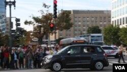 رهبر کلیسای رومن کاتولیک سوار بر یک موتر فیات ساده به قصر سفید و کانگرس ایالات متحده رفت.