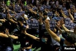 香港民众聚集在荃湾抗议港警开枪打伤一名中学生。(2019年10月2日)