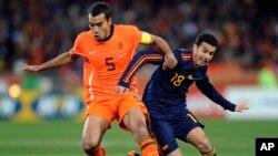 Cầu thủ Giovanni van Bronckhorst (trái) của Hà Lan và cầu thủ Pedro Rodriguez của Tây Ban Nha tranh bóng trong trận chung kết World Cup ở Johannesburg, Nam Phi, 11/7/2010.