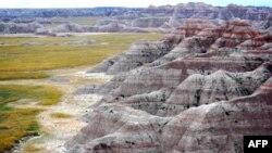 Badlands, pejsazh kodrash të rrumbullakta dhe lëndinash me bar