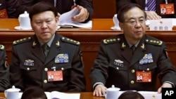 中共中央军委原政治工作部主任张阳(左)与中共中央军委原联合参谋部参谋长房峰辉在北京人大会堂参加全国人大会议。(2017年 3月8日)