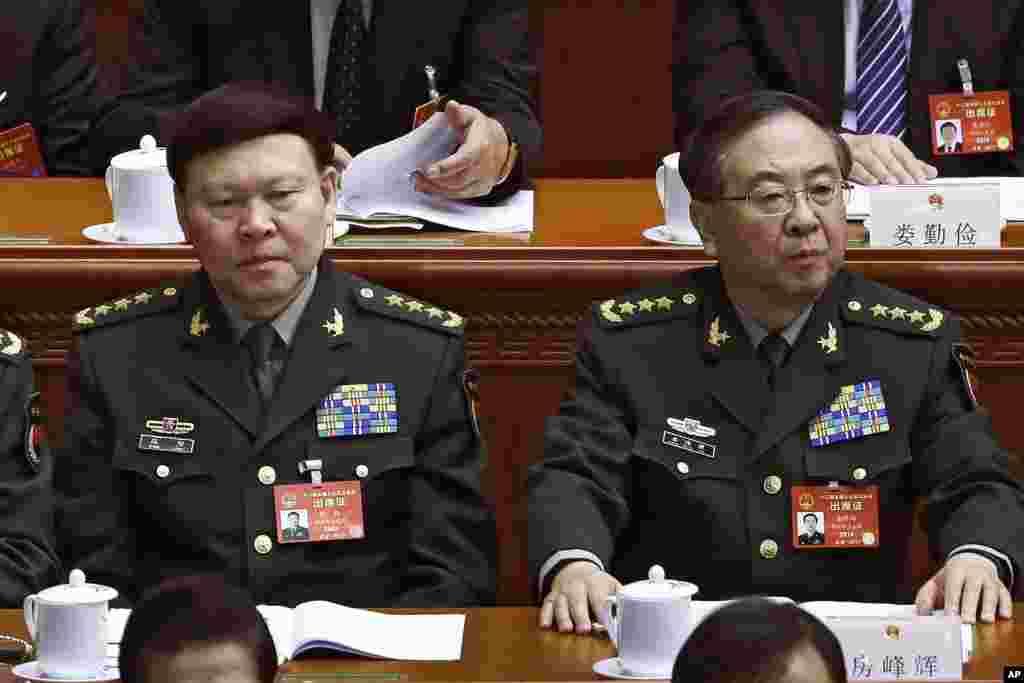 """2017年3月8日,中共中央军委联合参谋部参谋长房峰辉(右)和中共中央军委政治工作部主任张阳(左)在北京人大会堂参加全国人大会议。他们曾一起做官,一起升官,一起丢官,罪名先后公布。2018年1月9日新华社报道:""""日前,经党中央批准,中华人民共和国中央军事委员会委员房峰辉(中共中央军事委员会原委员、中央军委联合参谋部原参谋长)因涉嫌行贿、受贿犯罪,被移送军事检察机关依法处理。"""" 由此来看,他没有被开除他最后一个公职和军职。当局没有说是否开除了他的党籍,而过去对""""大老虎""""往往是先开除党籍和公职再移送司法机关的。"""