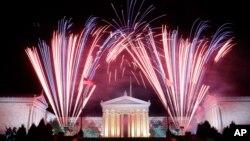 지난해 7월 4일 미국 독립기념일을 맞아 필라델피아 미술관에서 화려한 불꽃놀이가 벌어졌다. (자료사진)