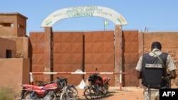 Un gendarme nigérien devant la prison de Koutoukale, près de Niamey, suite à une attaque le 17 octobre 2016.