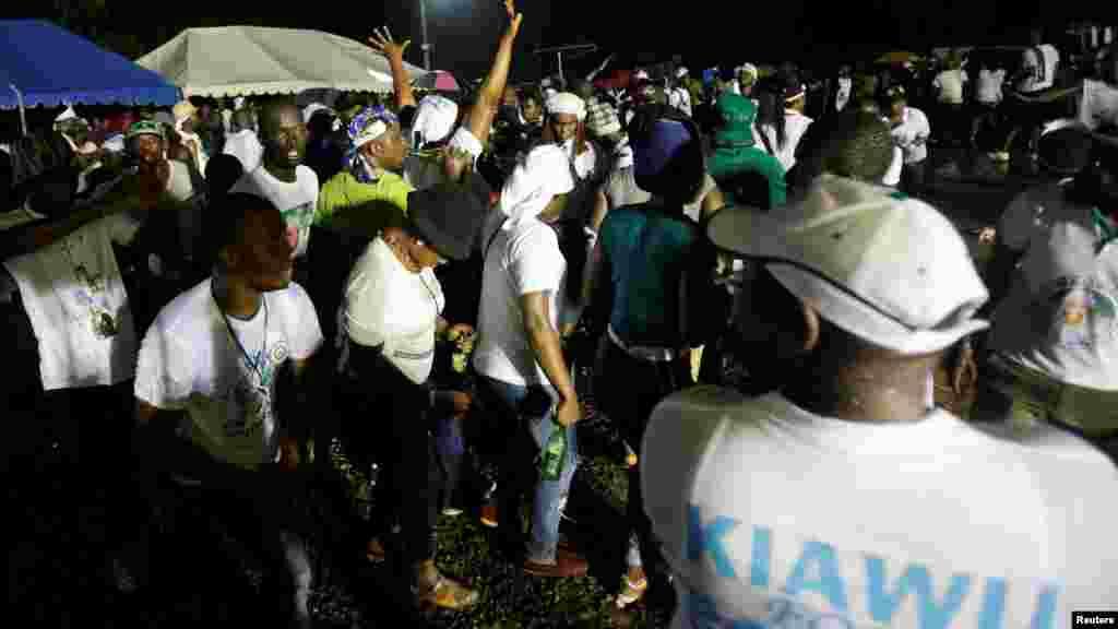 Les partisans de Joseph Nyuma Boakai, vice-président du Liberia et candidat à la présidence du Parti de l'Unité (UP), participent au rassemblement de la campagne présidentielle de leur parti à Monrovia, Libéria, le 7 octobre 2017.