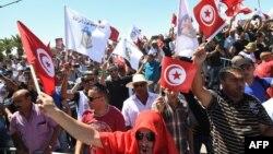 Des membres des forces de la sécurité manifestent à l'extérieur du Parlement à Tunis, le 6 juillet 2017.