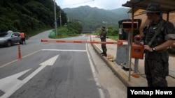 북한의 'DMZ 지뢰 도발' 대응으로 대북 경계 태세가 강화된 가운데 11일 강원 중동부전선 최전방 민통선에서 한국 군 장병이 경계근무를 서고 있다.