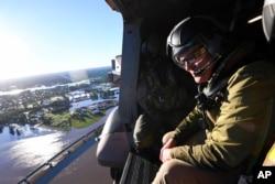 Perdana Menteri Australia Scott Morrison, kanan, survei wilayah banjir, barat laut Sydney, Rabu, 24 Maret 2021.