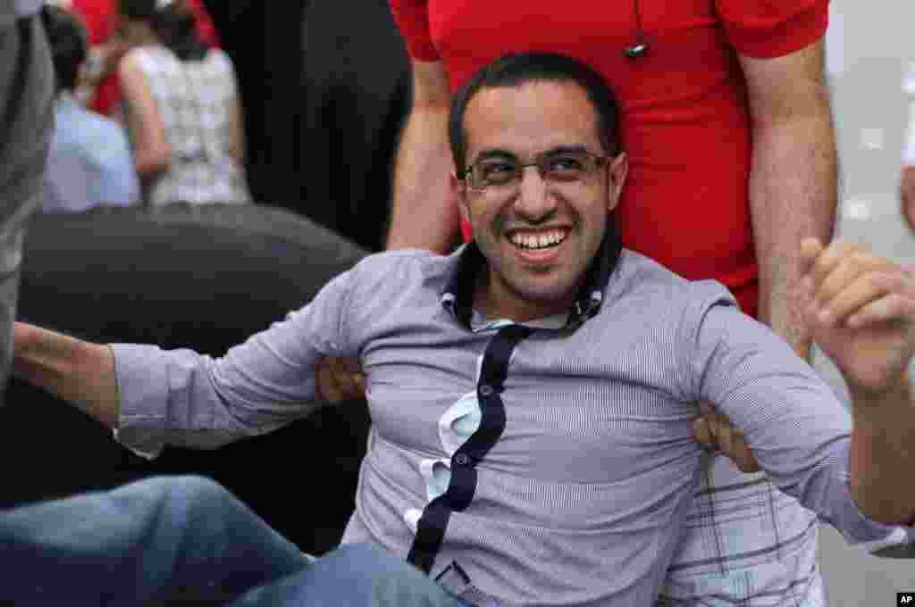 Mohamed Hasan, poznati bloger u Bahreinu dočekan sa slavljem po izlaska iz pritvora u svom rodnom mestu Sitri. Hasana, koji je proveo dva meseca u zatvoru, čeka suđenje za organizavanje pokreta Tamarod, odnosno Bahreinske pobune, inspirisan prodemokratskim protestima u Egiptu.