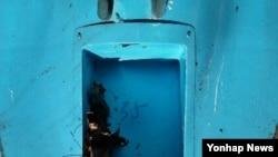 6일 한국 강원도 삼척의 한 야산에서 발견된 북한제 추정 무인항공기. 정찰 카메라가 부착된 내부 동체에 '35'라는 숫자가 적혀있다.