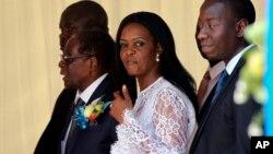 津巴布韦前总统穆加贝和夫人格雷格·穆加贝(中)参加重新命名哈拉雷国际机场的活动。(2017年11月9日)