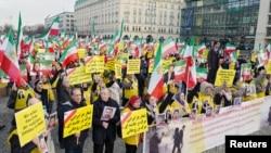 Plizyè dizèn moun nan Berlin, Almay, manifeste pou montre sipò yo ak manifestan anti-gouvènman yo ann Iran, 6 janvye, 2018.