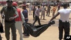 Nhân viên cứu hộ tìm kiếm nạn nhân sau vụ nổ tại tòa soạn nhật báo This Day
