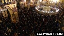 Vernici SPC tokom večerašnjeg okupljanja u Podgorici, u sklopu protesta zbog zakona o vjeroispovesti (Foto: RFE/RL/Savo Prelević)