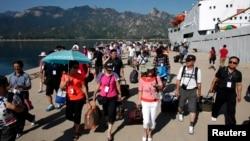 지난 2011년 8월 중국인 관광객들이 북한 라진에서 출발하는 유람선을 타고 금강산에 도착했다.