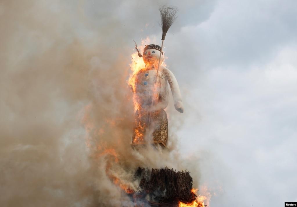 스위스 취리히의 광장에서 솜뭉치와 폭죽으로 만들어진 인형이 불에 타고 있다.