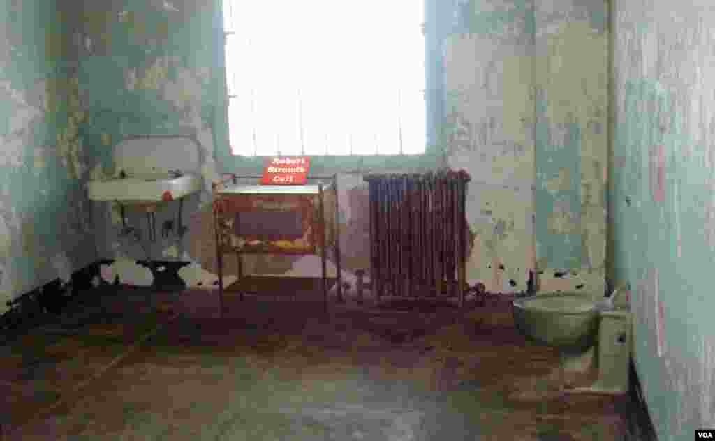 Robert Stroud, poznatiji po nadimku Birdman of Alcatraz, stvarao je toliko nereda da su ga čuvari premjestili iz glavne zgrade s čelijama u ovu izolacijsku ćeliju u bolničkom krilu.